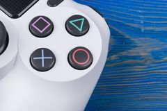 Sony PlayStation 4 λεπτός 1Tb ελεγκτής αναθεώρησης και dualshock παιχνιδιών Κονσόλα παιχνιδιών με ένα πηδάλιο Κονσόλα παιχνιδιών  Στοκ Φωτογραφίες