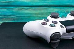 Sony PlayStation 4 λεπτός 1Tb ελεγκτής αναθεώρησης και dualshock παιχνιδιών Κονσόλα παιχνιδιών με ένα πηδάλιο Κονσόλα παιχνιδιών  Στοκ Εικόνα