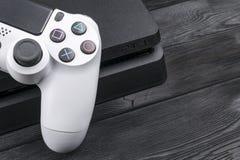Sony PlayStation 4 λεπτός 1Tb ελεγκτής αναθεώρησης και dualshock παιχνιδιών Κονσόλα παιχνιδιών με ένα πηδάλιο Κονσόλα παιχνιδιών  Στοκ φωτογραφίες με δικαίωμα ελεύθερης χρήσης
