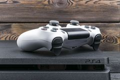 Sony PlayStation 4 λεπτός 1Tb ελεγκτής αναθεώρησης και dualshock παιχνιδιών Κονσόλα παιχνιδιών με ένα πηδάλιο Κονσόλα παιχνιδιών  Στοκ εικόνες με δικαίωμα ελεύθερης χρήσης