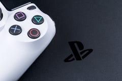 Sony PlayStation 4 λεπτός 1Tb και dualshock παιχνιδιών ελεγκτής Κονσόλα παιχνιδιών με ένα πηδάλιο Κονσόλα παιχνιδιών οικιακού βίν Στοκ φωτογραφία με δικαίωμα ελεύθερης χρήσης
