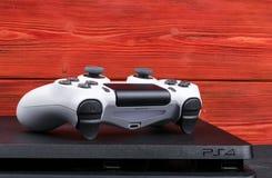Sony PlayStation 4 Slank 1Tb revisie en dualshock spelcontrolemechanisme Spelconsole met een bedieningshendel De console van het  Stock Afbeeldingen