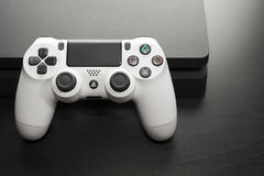 Sony PlayStation 4 Slank 1Tb revisie en spelcontrolemechanisme Stock Foto's