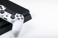 Sony PlayStation 4 spelconsole met een witte bedieningshendel dualshock 4 op witte achtergrond, de console van het huisvideospell Royalty-vrije Stock Afbeeldingen