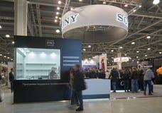 Sony se tiennent dans l'expo de crocus photos libres de droits