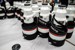 Sony wordt 400 mm-telelenzen voor Alpha- 9 reeksen gestapeld tijdens een conferentie voor stock afbeelding