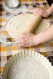 Sooking et concept à la maison - fermez-vous des mains masculines malaxant la pâte Photo libre de droits