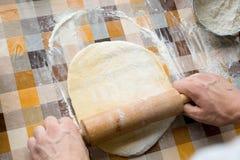 Sooking et concept à la maison - fermez-vous des mains masculines malaxant la pâte photographie stock