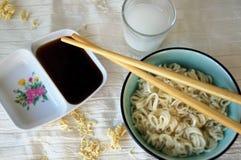 Soop de los tallarines con los palillos, la salsa de soja y el motivo Fotos de archivo