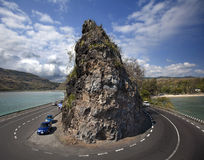 Soort op abrupte draai van weg en een rots Stock Afbeelding