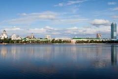 Soort op een stad Ekaterinburg van de rivier Stock Afbeelding