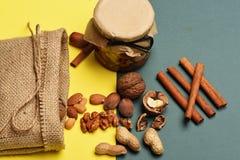Soorten noten met gebreide zak Royalty-vrije Stock Afbeelding