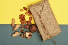 Soorten noten met gebreide zak Stock Fotografie