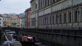 Soorten zimnyayakanavka van St. Petersburg, de Winterkanaal, timelapse, boten die op een kanaal drijven stock footage