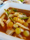 A sopa ?cida fez da pasta do tamarindo adiciona muitos ovos imagem de stock