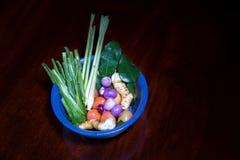 Sopa ácida picante do kung de Tom Yum com o ingrediente na opinião de tampo da mesa de madeira, imagens de stock