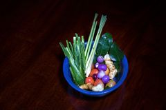 Sopa ácida picante do kung de Tom Yum com o ingrediente na opinião de tampo da mesa de madeira, imagem de stock