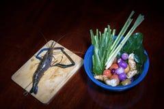 Sopa ácida picante do kung de Tom Yum com o ingrediente na opinião de tampo da mesa de madeira, foto de stock