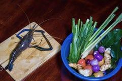 Sopa ácida picante do kung de Tom Yum com o ingrediente na opinião de tampo da mesa de madeira, fotografia de stock royalty free