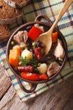 Sopa alemão do eintopf com carne e close-up t vertical dos vegetais imagens de stock royalty free