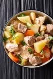 Sopa alemão Pichelsteiner ou guisado de Bismarck com vegetais e três tipos do close-up da carne em uma bacia Vista superior verti imagens de stock