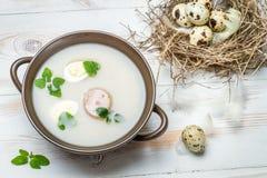 Sopa amarga del campo con los huevos de codornices Imagenes de archivo