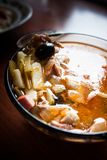 Sopa apetitosa Soljanka en un fondo oscuro imagen de archivo