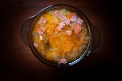 Sopa apetitosa Soljanka en un fondo oscuro fotos de archivo