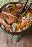 Sopa asiática con los tallarines del pato y de arroz y los palillos Visión superior Fotografía de archivo libre de regalías