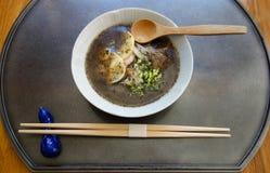Sopa asiática del estilo servida en restaurante gastrónomo Fotografía de archivo libre de regalías