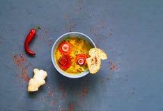 Sopa asiática picante con los tallarines Soba del alforfón y el prendedero del pollo en cuenco azul en fondo concreto fotos de archivo