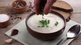 Sopa branca em uma placa filme