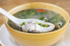 Sopa caliente y amarga de la comida de los pescados tailandeses del snakehead foto de archivo