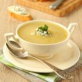 Sopa caseiro da cebola com aipo e queijo azul Imagens de Stock Royalty Free