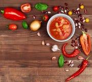 Sopa chili con carne no fundo de madeira cercado pelo vegetabl Imagens de Stock Royalty Free