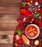 Sopa chili con carne no fundo de madeira cercado pelo vegetabl Imagem de Stock