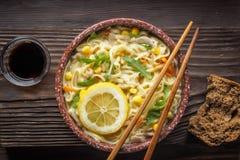 Sopa china de la comida asiática con los tallarines en cuenco foto de archivo