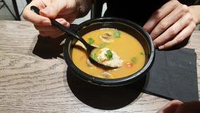 Sopa chinesa com cogumelos vídeos de arquivo