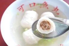 Sopa chinesa da esfera de peixes com carne cortada para dentro imagem de stock royalty free