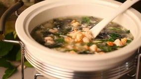 Sopa chinesa da grande caçarola com atmosfera do camarão filme