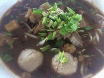 Sopa clara chinesa com carne e vegetais, kaolao da chamada de Tailândia imagens de stock