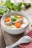 Sopa clara com vegetais e almôndegas na bacia branca Foto de Stock Royalty Free