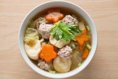 Sopa clara com vegetais e almôndegas Vista superior Fotos de Stock Royalty Free