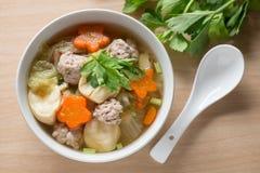 Sopa clara com vegetais e almôndegas Vista superior Imagens de Stock Royalty Free