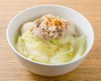 Sopa clara da alface com a bola triturada da carne de porco e de carne Imagem de Stock