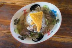 Sopa clara de los tallarines tailandeses con la bola de masa hervida librada y curruscante de repuesto imágenes de archivo libres de regalías