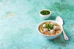 Sopa com almôndegas, bacon e vegetais Fotos de Stock