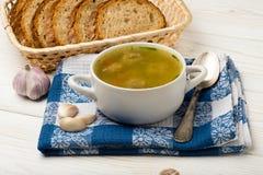 Sopa com almôndegas em uma bacia branca no fundo de madeira Imagem de Stock Royalty Free