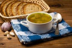 Sopa com almôndegas em uma bacia branca no fundo de madeira Fotografia de Stock Royalty Free