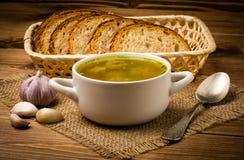 Sopa com almôndegas em uma bacia branca no fundo de madeira marrom Fotos de Stock